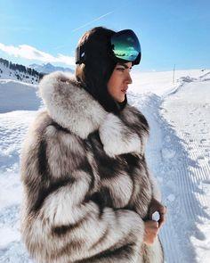28 тыс. отметок «Нравится», 211 комментариев — Marta Lozano Pascual (@martalozanop) в Instagram: «❄️» Snow Fashion, Fur Fashion, Winter Chic, Autumn Winter Fashion, St Moritz, Stunning Brunette, Snow Outfit, Fox Fur Coat, Fur Coats