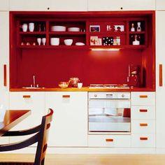 Une petite cuisine moderne avec une niche rouge pour une impression de profondeur