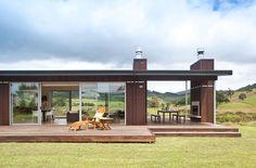 Проекты одноэтажных домов с террасой: 80 наиболее комфортных реализаций и актуальные тренды http://happymodern.ru/proekty-odnoetazhnyx-domov-s-terrasoj/ Одноэтажный современный дом с двумя террасами. Общая крыша для дома и террасы создает пристройку закрытого типа, а пристройка без крыши или другого навеса – это терраса открытого типа