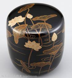 棗・蓮蒔絵は、漆黒に伸びやかに咲く蓮を様々な蒔絵の技法で描きました。吹く風が目に浮かぶような、どこか懐かしい風景を切り取ったような棗