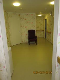 Nikulan kolmas käytävä, jonka varrella neljä asukashuonetta, joista yksi on   kahden hengen huone. Kuvassa näkyvä nojatuoli on yhden asukkaan levähdystuoli. Tärkeä hänelle.