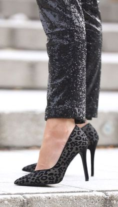 LOVEEEE these leopard heels! So comfy and chic, and perfect for an all black out. Holiday Fashion, Holiday Outfits, Winter Fashion, Fashion Black, Winter Outfits, Cute Sporty Outfits, Chic Outfits, Work Outfits, Love Her Style