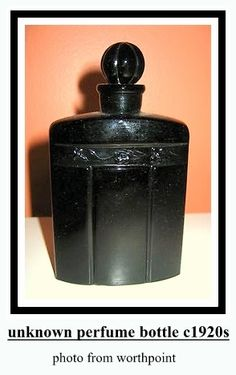 Imperial Toledo by Gal: launched in black glass rectangular flacon w/ rounded shoulders, button shaped stopper, designed by Spanish artist Federico Ribas. Black Perfume, Vanity Design, Beautiful Perfume, Vintage Perfume Bottles, Black Glass, Vintage Black, Flask, Barware, Boudoir