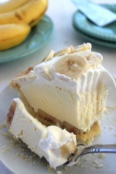 banana pie This Easy Banana Cream Pie is one of my favorite quick and easy desserts. Since we use a store-bought crust and instant banana pudding, it can be made in a jiffy. Easy Banana Cream Pie, Banana Pie, Banana Cream Pie Recipe With Pudding, Easy Desserts, Delicious Desserts, Dessert Recipes, Yummy Recipes, Yummy Food, Healthy Recipes