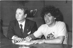 Maradona firmó su contrato con el Barça en 1982
