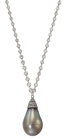 AN EXCEPTIONAL BELLE ÉPOQUE NATURAL GREY/BROWN PEARL PENDANT NECKLACE. The…