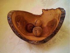 Skladom tmavšie drevo. Podlhovastejšieho tvaru. Prírodné drevo z jablone, ošetrené ľanovým olejom, vhodné okrem polievky na hocičo jedlé, ak toho bude pomenej. Tak napríklad oriešky...či šperky ( a...