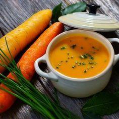 """Tato polévka je ukázkou toho, že není mrkev jako mrkev. """"Néé, tahle není mrkvová! To je jiná, ale výborná."""", prohlásila moje sestra, která mrkev opravdu nemusí. Proto bych se o tuto lahůdku ráda podělila i s vámi. Navíc vám příprava polévky nezabere ani půl hodiny"""