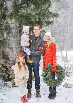 Best & Fun Family Christmas Pictures Ideas - Creative Maxx Ideas Family Christmas Pictures - No matter the scenario, if you would like your Christmas photos to be merry, here are some tips from the experts. Christmas Pictures Outfits, Winter Family Pictures, Family Picture Outfits, Holiday Pictures, Family Pics, Holiday Family Photos, Christmas Pictures Family Outdoor, Family Of 4, Winter Photos