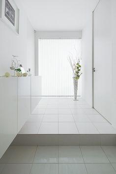 白いタイル床の玄関ホール