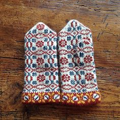 no pattern just pretty Knitted Mittens Pattern, Knit Mittens, Knitted Gloves, Knitting Socks, Hand Knitting, Knitting Patterns, Crochet Patterns, Knitting Tutorials, Hat Patterns