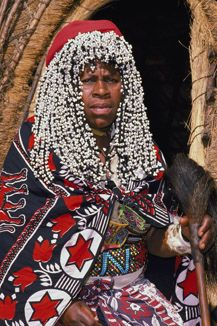 Her beaded headdress is similar to dynasty women of the royal court, which makes one wonder about the ceremonial aspect of Ancient Egyptian attire as opposed to just aesthetics. People Brand, Kwazulu Natal, African Hairstyles, Black Hairstyles, Out Of Africa, Photographs Of People, African Countries, Africa Travel, Illustrations Posters