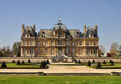 Il castello di Maisons-Laffitte è una residenza di campagna situata nel comune di Maisons-Laffitte, a nord-ovest di Parigi. Il palazzo fu costruito tra il 1642 ed il 1646 su progetto di François Mansart e rappresenta una delle più significative opere del barocco francese, con un verticalismo riconducibile tuttavia al gusto gotico.