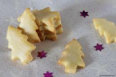 Kleine Tannenbäumchen aus Mandelmürbteig mit Orangenguss.