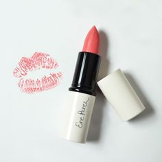 Con un color rosa arenoso perfecto para cualquier tono de piel y elaborado a base de aceite de oliva, el lipstick ''High Tea'' de Ere Perez puede ser un básico de tu rutina diaria de maquillaje.