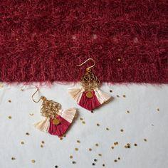 boucle d'oreilles poétiques style romantiques en laiton doré et pompons fuchsia