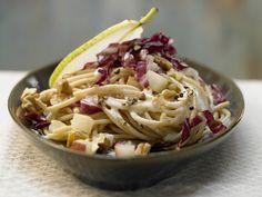 Birnen-Pasta mit Radicchio und Walnüssen | Kalorien: 616 Kcal - Zeit: 35 Min. | http://eatsmarter.de/rezepte/birnen-pasta