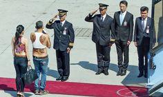 Принц Таиланда прибыл в Мюнхен с белым пуделем, в сандалиях и топике