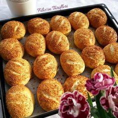 Simit Poğaça Tarifi bol kaşar peynirli iç harcı ile özel günlerinizde misafirlerinizin beğenisini kazanacak enfes bir susamlı poğaça tarifidir.