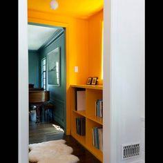 Un plafond et des murs bouton d'or pour un couloir ultra lumineux