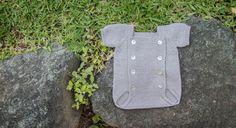 Este bonito pelele de perlé lo hemos hecho pensando en los bebés que están a punto de llegar: es un regalo ideal. ¿Os animáis a coger las agujas de tricotar? VAS A NECESITAR: Caricia Perlé color 701 nº8 (2 ovillos) Agujas de tricotar nº2,5 Aguja lanera Alfiler guardapuntos  Adquiere ahora tus materiales  ¿CÓMO [...]
