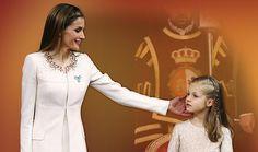 Letizia, gestos ¿reales? Explicamos cómo la excesiva represión de la conducta de la reina resta naturalidad a su imagen. http://www.analisisnoverbal.com/letizia-gestos-reales/