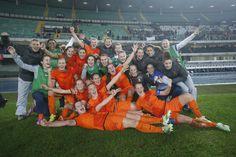 Het Nederlands vrouwenelftal heeft donderdagavond 27 november 2014  in Verona geschiedenis geschreven. Voor het eerst in de historie plaatsten de Leeuwinnen zich voor het WK voetbal. Na het 1-1 verlies tegen Italië in Alkmaar werd in de return knap met 2-1 gewonnen. Het WK wordt in juni 2015 gespeeld in Canada.