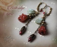 Ein Traum für Romantikerinnen sind diese Unikat-Ohrringe. Die Rosenknospen sind in Handarbeit Blatt für Blatt aus Polymer Clay geformt und anschließend von Hand koloriert worden. Jede einzelne Rose...