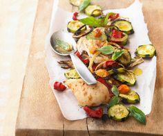 La recette du blanc de poulet et légumes rôtis au basilic, selon le chef Cyril Lignac