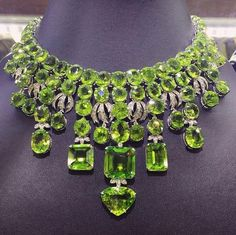 Peridot and Diamond High Jewelry Necklace I Love Jewelry, High Jewelry, Gems Jewelry, Body Jewelry, Jewelry Necklaces, Jewelry Design, Luxury Jewelry, Diamond Necklaces, Bling Jewelry