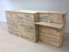Reception counter made from upcycled pallets, 6 hinged doors, 3 meters long, and with anaccess to handicapped people. Comptoir d'accueil réalisé à partir