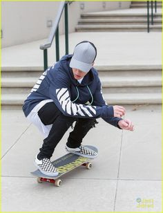 Justin Bieber Goes On Tweet Spree After Boarding In Los Angeles: Photo #880269. Justin Bieber shows off his new skills on his skateboard outside the courthouse in Los Angeles on Friday afternoon (October 16).    The 21-year-old