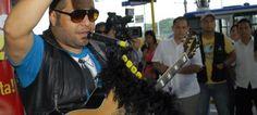 Pocos sabían quién era el cantante, pero la mayoría generosamente decía que le gustaron sus canciones. El público era variado y el escenario, inusual: la estación más grande de la metrovía en Guayaquil. El artista, Luis Rueda. El proyecto: dar música en las estaciones de este transporte popular, para recrear a los apurados viajeros.