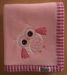 Manta em soft microfibra rosa claro liso, com barrado em tecido 100% algodão e patch apliquée Corujinha. R$ 55,90