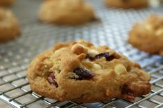 Simply Delicious: Joulukalenterin 2. luukku: Valkosuklaa-karpalo pikkuleivät Muffin, Breakfast, Food, Morning Coffee, Essen, Muffins, Meals, Cupcakes, Yemek