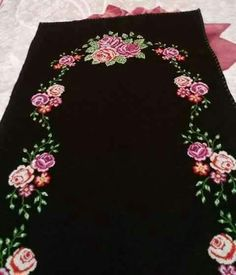 This Pin was discovered by Hül Thread Art, Prayer Rug, Cross Stitch Flowers, Small Flowers, Baby Knitting Patterns, Handicraft, Table Runners, Hand Embroidery, Diy And Crafts