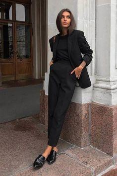 Esas idea de que deberías vestirte de rojo pasión en esta fecha, bueno, es de los año 80 y es momento de crear tendencias y nuevos estilos. Si eres fan de este color, hay muchas maneras en las que puedes lucir súper sexy para celebrar este día, independientemente de que tan fan seas, es lindo tener un detalle con tu pareja. Casual Work Outfits, Business Casual Outfits, Office Outfits, Mode Outfits, All Black Professional Outfits, All Black Outfit Casual, Blazer Outfits, Chic Black Outfits, Smart Black Outfit