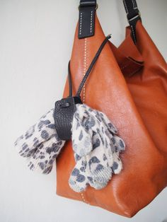 Leather Glove Holder Leather Hat Holder Leather Glove Holder Leather Hat Holder inge ingedewies taschen A unique leather glove holder Keep together your gloves you will nbsp hellip leather handbag Leather Hats, Leather Key, Leather Craft, Leather Handbags, Leather Thread, Handmade Leather, Leather Accessories, Leather Jewelry, Arts And Crafts