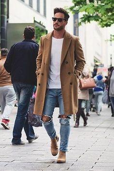 Camel Mantel, Weißes T-Shirt mit Rundhalsausschnitt, Hellblaue Jeans mit Destroyed-Effekten, Beige Chelsea-Stiefel aus Wildleder für Herren
