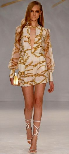 See the entire collection from the Genny Spring 2014 Ready-to-Wear runway show. Junior Dresses, Mini Dresses, White Fashion, Chic, Timeless Fashion, Beautiful Outfits, Spring 2014, Summer 2014, Spring Summer