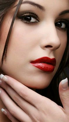 make up guide Glitter neutral make up glam look red Smokey make up glitter;make up brushes guide;make up samples Most Beautiful Faces, Beautiful Lips, Beautiful Women, Stunning Eyes, Mac Red Lipsticks, Mode Poster, The Face, Makeup Photography, True Beauty