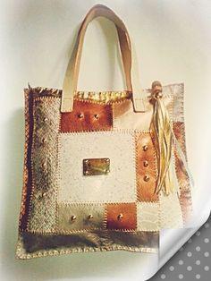 bolso de cuero dorado en tecnica similar al patchwork, con detalle de flecos, y taches
