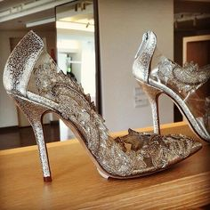 How beautiful they are. Oscar de la Renta created these amazing pumps for Amal Clooney's wedding. Picture via Melissa_Yanez Twitter