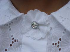 Broche uit kanten roosjes en een knoop