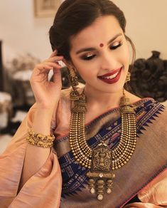 New Indian Bridal Jewelry Gold Temple Jewellery Ideas Gold Temple Jewellery, Gold Jewellery Design, Gold Jewelry Simple, Stylish Jewelry, Silver Jewelry, Indian Wedding Jewelry, Bridal Jewelry, Indian Bridal, Indiana