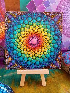 ~ Mini punto Mandala con pintura de madera soporte para pantalla ~ ~ Original, uno de una clase de pintura de Kaila Lance ~ Pequeño mini es de 5 pulgadas por 5 pulgadas pintados en lienzo. Pintado en un patrón de geometría sagrada encontrado tan comúnmente en la naturaleza, a partir de