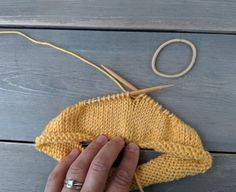 Learn how to crochet the beautiful feather stitch with this free video tutorial! Learn how to knit the German cast on with our handy tutorial!, Beginner sock knitting: Sockalong - Week 2 - Heel flap, heel turn and gusset Finger Knitting, Easy Knitting, Knitting Stitches, Knitting Patterns Free, Crochet Patterns, Sock Knitting, Vintage Knitting, Embroidery Stitches, Embroidery Patterns