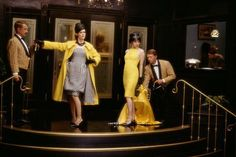 Still of Renée Zellweger and Sarah Paulson in Down with Love (2003) / gule stole