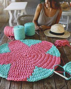 Esta Estrella es compi de la estrella que os enseñé hace algunos días ( la azul y beige).Cada una tiene una combinación de colores totalmente diferente, pero ambas me vuelven loca 🙈❤️ . A vosotras cuál os gusta más ? 🤔 las dos medirán  1.20 metros de diámetro. Os enseño otra foto cuando tenga las dos terminadas 👏🏻😬. Feliz finde!!! 😘 #summer #susimiu #pink #trapillo #ganchillo #crochet #cute #love #kids #water #star #blue #handmade