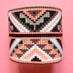 Manchette modèle Apache corail, noir, blanc et argent #manchette#miyuki#faitmain#perles#fermoiraimanté#noir#corail#blanc#argent